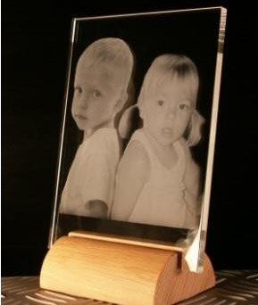 Plaque Verre verticale gravée au laser sur socle en bois.
