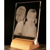 Plaque Verre horizontale gravée au laser sur socle en bois.